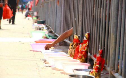 Trung Quốc: Gom ăn mày vào lồng sắt - 4