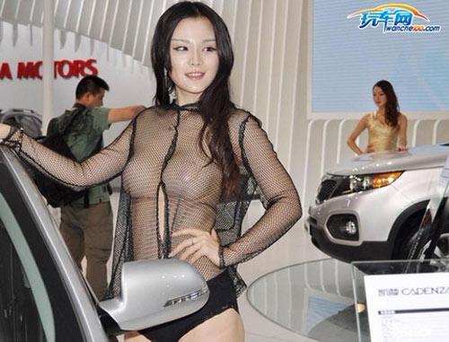 Triển lãm ô tô lạm dụng người mẫu khỏa thân - 1