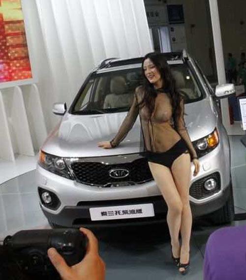 Triển lãm ô tô lạm dụng người mẫu khỏa thân - 3