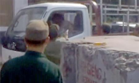 Dân phòng vụt dùi cui vào tài xế xe tải - 1
