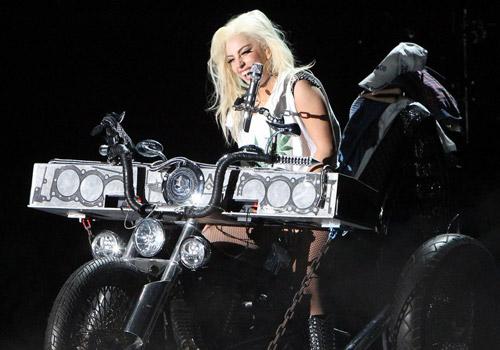Lady Gaga mang lò mổ thịt lên sân khấu - 3
