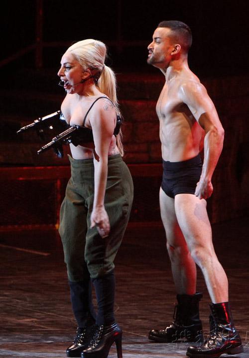Lady Gaga mang lò mổ thịt lên sân khấu - 6