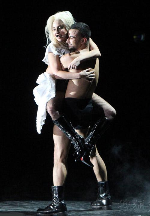 Lady Gaga mang lò mổ thịt lên sân khấu - 4