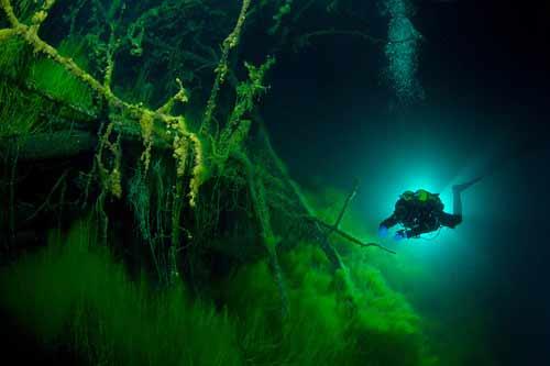 Bí ẩn dưới đáy hồ nước xanh ngắt kì ảo - 7