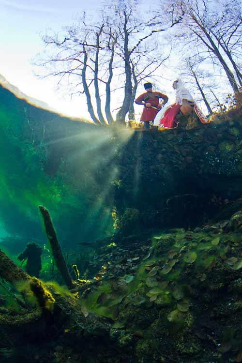 Bí ẩn dưới đáy hồ nước xanh ngắt kì ảo - 10