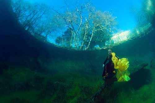 Bí ẩn dưới đáy hồ nước xanh ngắt kì ảo - 11