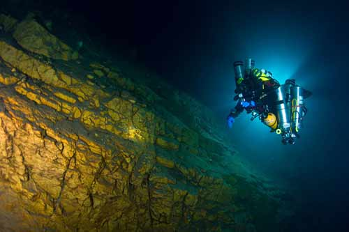 Bí ẩn dưới đáy hồ nước xanh ngắt kì ảo - 12