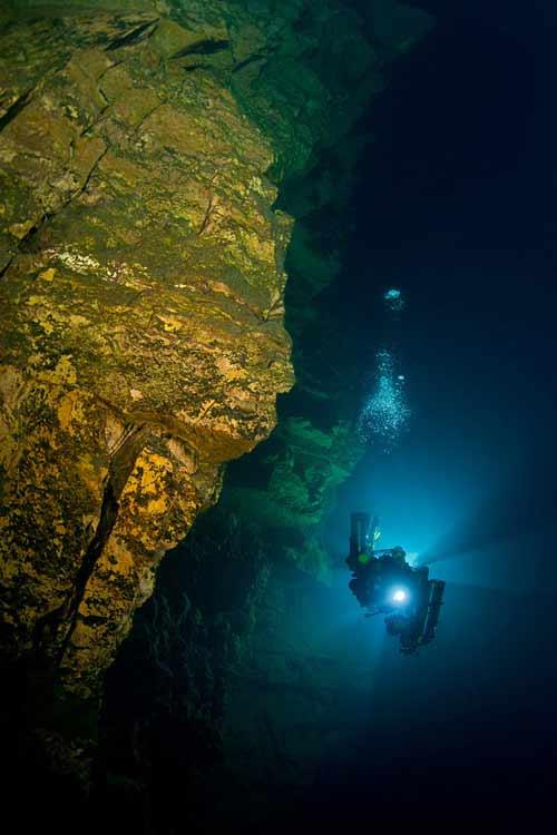 Bí ẩn dưới đáy hồ nước xanh ngắt kì ảo - 13