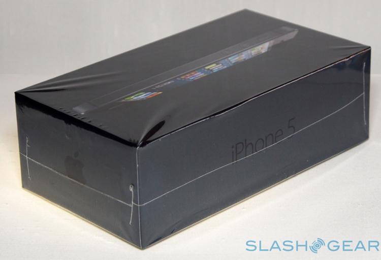iPhone 5 được đựng trong vỏ hộp màu đen, với băng dính bảo vệ cẩn thận