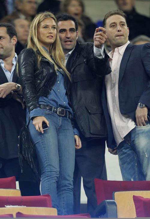 "Dani Alves đón ""gái"" bằng Ferrari FF - 3"