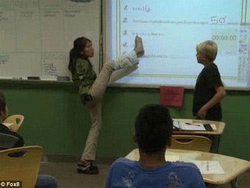 Mỹ: Cô giáo dạy toán ... bằng chân! - 1