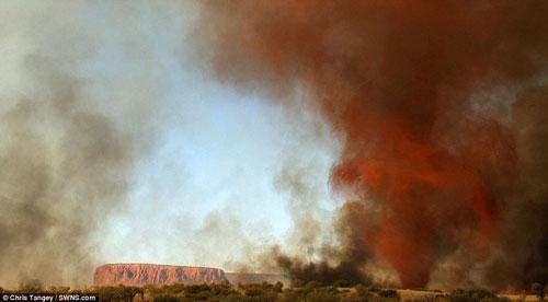 Hình ảnh ma quái về lốc xoáy lửa ở Úc - 3
