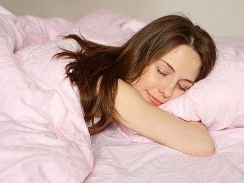 """Mắc bệnh """"người đẹp ngủ"""" vì bơm mông - 1"""