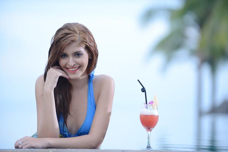 Andrea Aybar gợi cảm ở bể bơi - 6