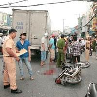 Người đi đường thờ ơ, nạn nhân TNGT tử vong