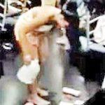 """Phi thường - kỳ quặc - Thiếu nữ """"tắm tiên"""" trên tàu điện ngầm"""