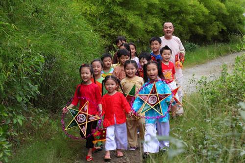 Quốc Thuận làm chú Cuội bên trẻ nhỏ - 4