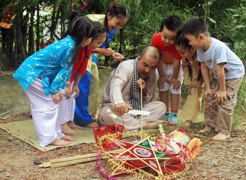 Quốc Thuận làm chú Cuội bên trẻ nhỏ - 13