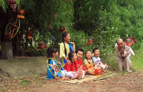 Quốc Thuận làm chú Cuội bên trẻ nhỏ - 16