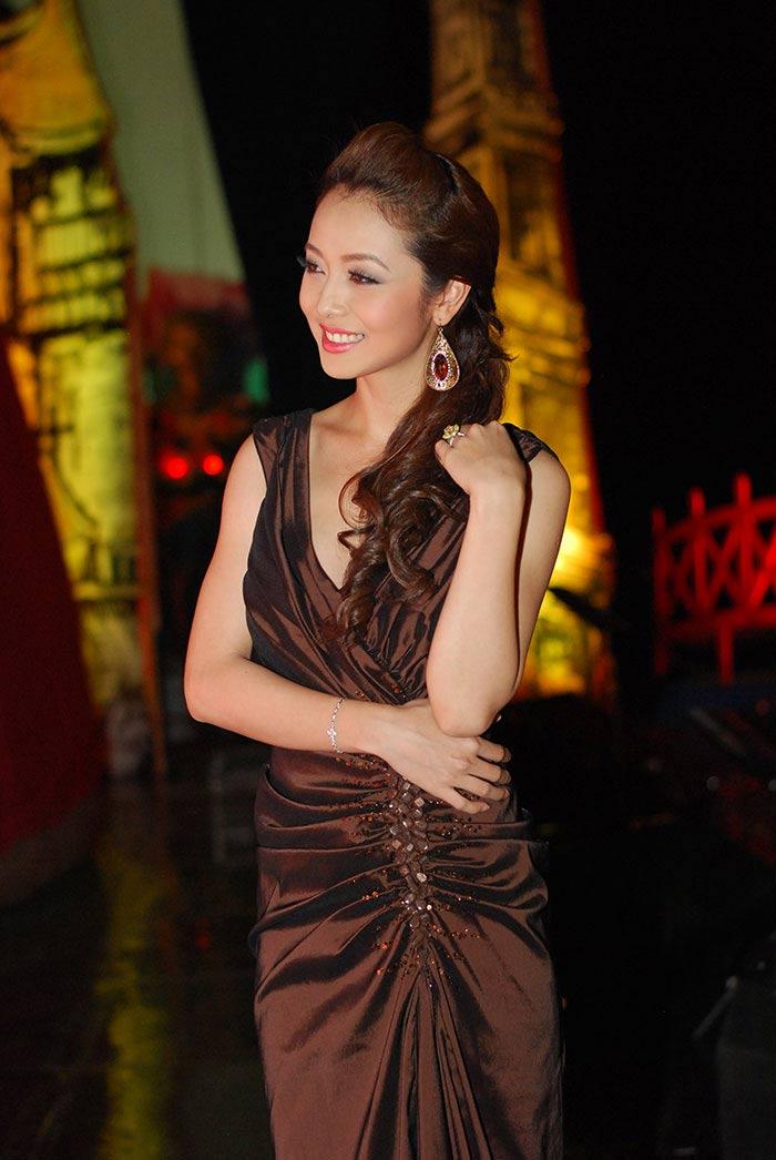 Nhẫn đính hôn lung linh của mỹ nữ Việt - 3