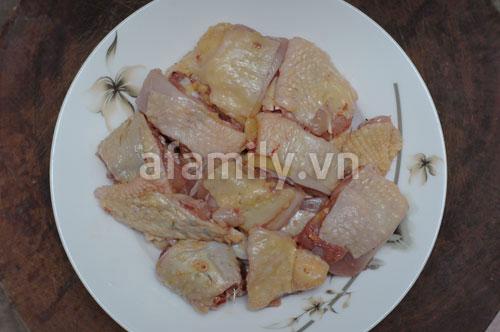 Đổi món cho cả nhà với gà hấp lá sen - 2