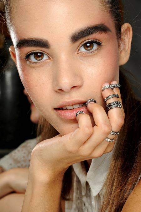 """Học Chanel kẻ lông mày """"sâu róm"""" - 3"""