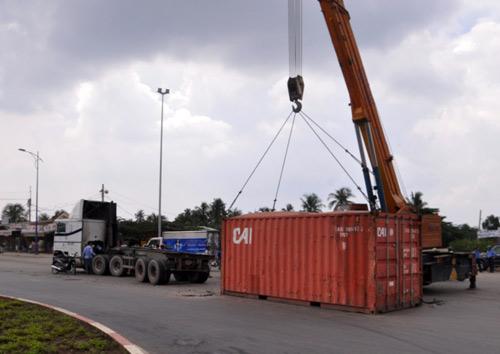 Hút chết vì thùng container rớt xuống đường