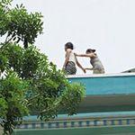 Tin tức trong ngày - Phản đối học hè, nữ sinh leo tầng thượng