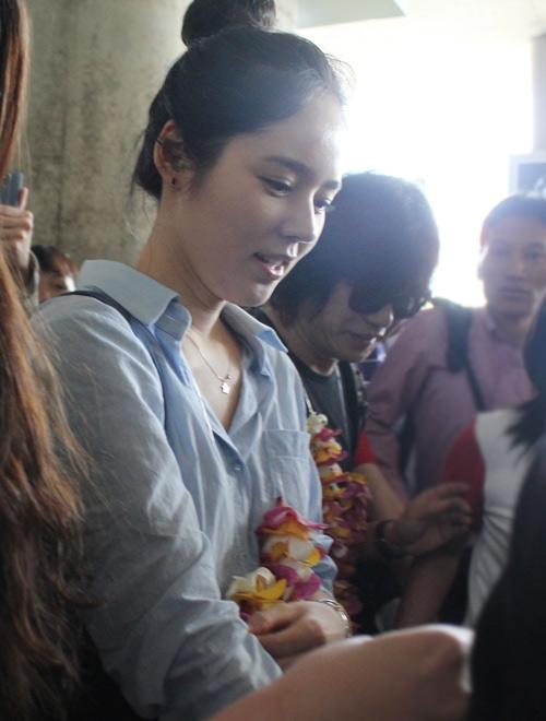 Han Ga In mặt mộc rạng rỡ đến VN - 10