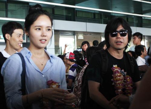 Han Ga In mặt mộc rạng rỡ đến VN - 12