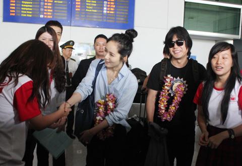 Han Ga In mặt mộc rạng rỡ đến VN - 9