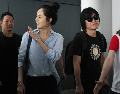 Han Ga In mặt mộc rạng rỡ đến VN - 13