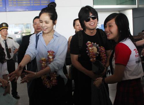 Han Ga In mặt mộc rạng rỡ đến VN - 8