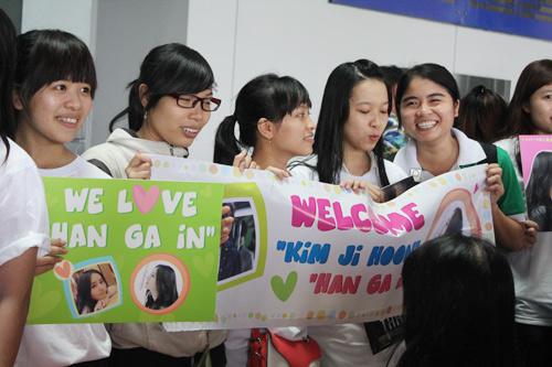 Han Ga In mặt mộc rạng rỡ đến VN - 16