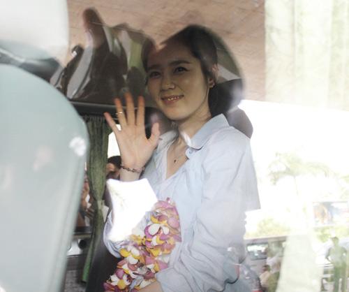 Han Ga In mặt mộc rạng rỡ đến VN - 14