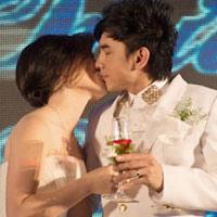 Video: Đan Trường hôn vợ trong tiệc cưới