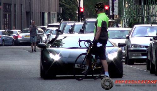 Siêu xe bị kỳ thị, tấn công ở London - 1