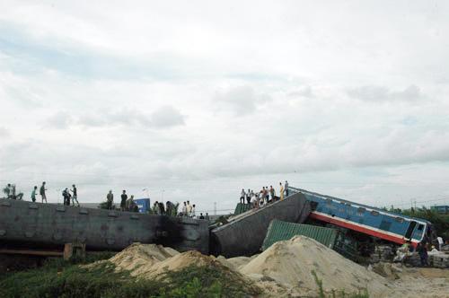 Bộ GTVT họp khẩn vụ lật tàu hỏa - 1