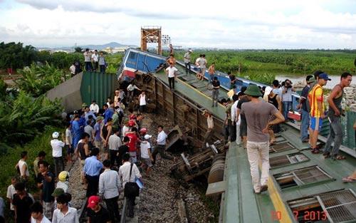 Bộ GTVT họp khẩn vụ lật tàu hỏa - 2