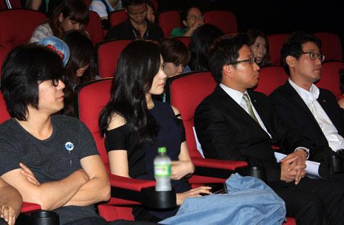Han Ga In ghen tỵ với các bạn trẻ Việt - 9