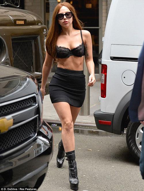 Lady Gaga mặc nội y vô tư dạo phố - 3