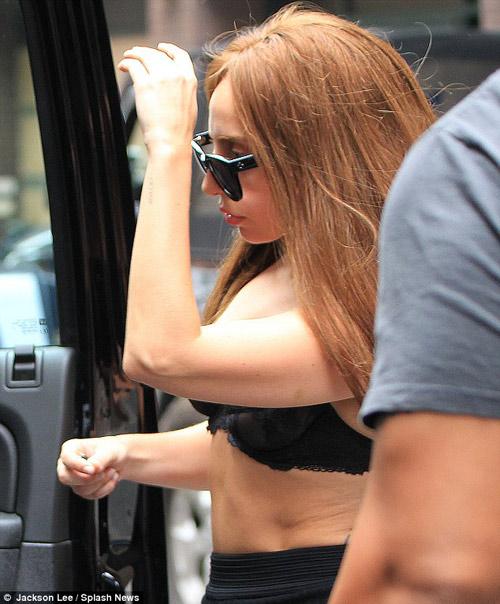Lady Gaga mặc nội y vô tư dạo phố - 5