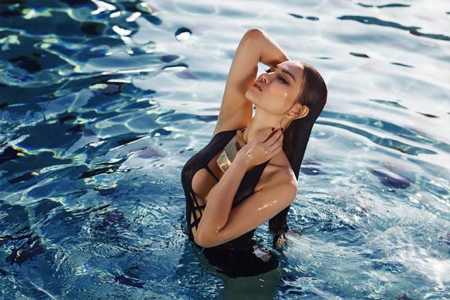 Mới đây, Thu Thủy đã khiến rất nhiều khán giả cảm thấy bất ngờ khi thực hiện bộ ảnh bikini cực kỳ sexy, bốc lửa trong single mới.