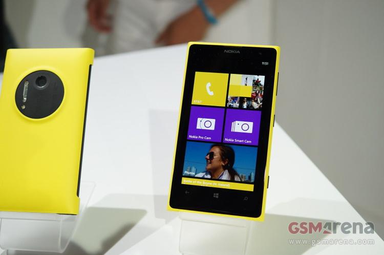 Chiếc smartphone cao cấp này của Nokia được trang bị hệ điều hành Windows Phone 8 của Microsoft.