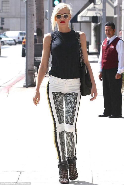 Rihanna liều lĩnh mặc bikini đi mua sắm! - 13
