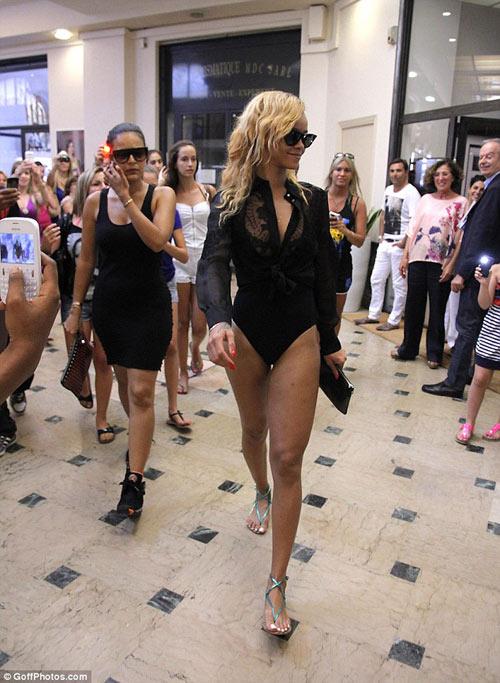 Rihanna liều lĩnh mặc bikini đi mua sắm! - 3