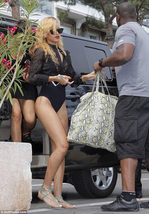 Rihanna liều lĩnh mặc bikini đi mua sắm! - 4