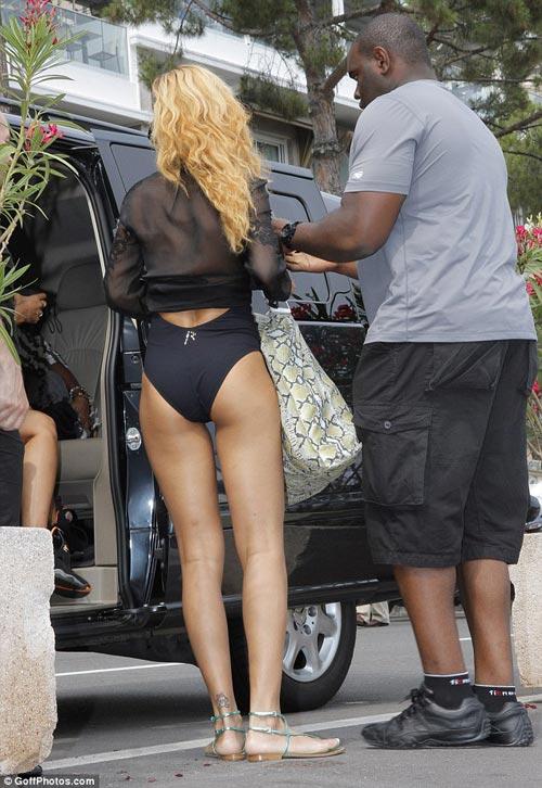 Rihanna liều lĩnh mặc bikini đi mua sắm! - 6