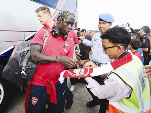 Arsenal mang vệ sĩ, đầu bếp riêng tới Việt Nam - 1