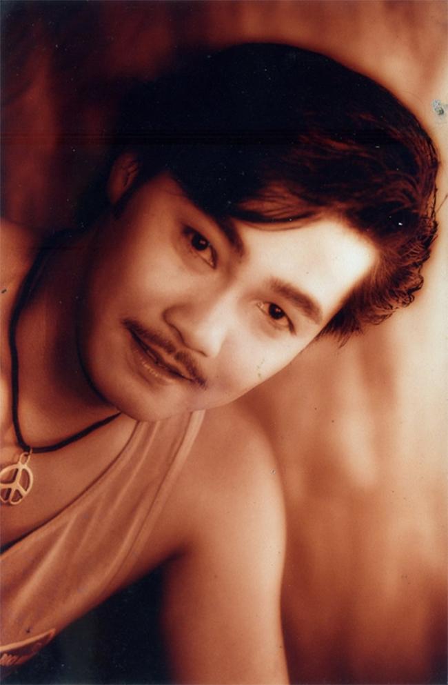 Lý Hũng cùng là diễn viên Việt Nam từng xuất ngoại và tham gia đóng một số phim điện ảnh của Hồng Kông dù chưa thực sự đình đám